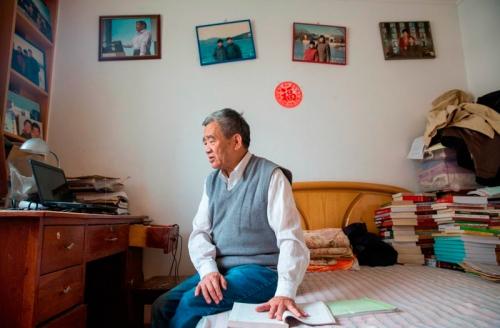 Anciano-chino-en-habitación-junto-ordenador